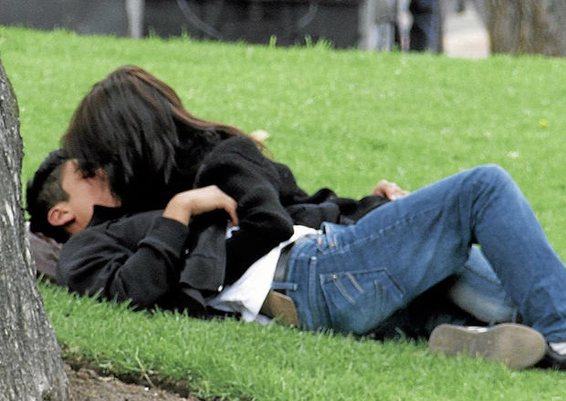 Imagen de un par de enamorados en el parque