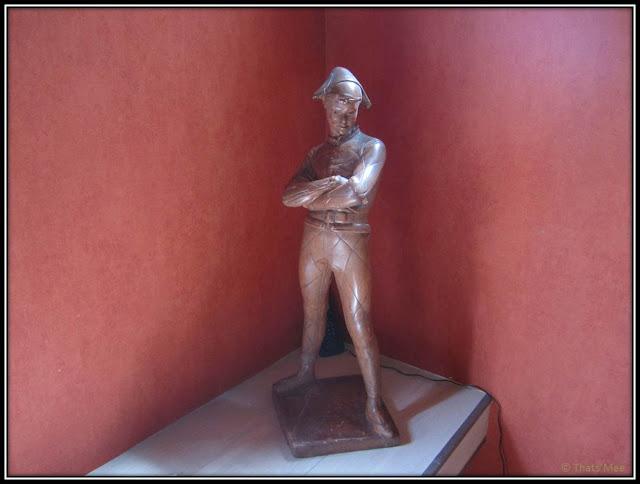 Chambre Hôte Fleur de soleil La Closerie des 3 Marottes Melun statue théâtre