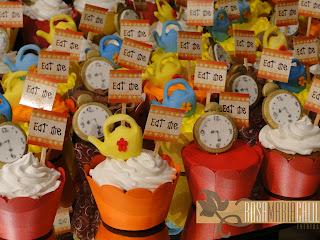 cupcakes decorados com relógio e bule