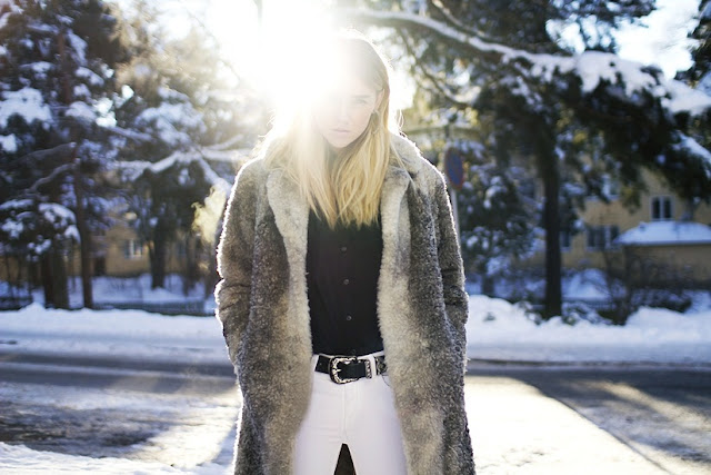 Madelene Billman Fashionflair Freshnet Swedish blogger fur coat white jeans black belt