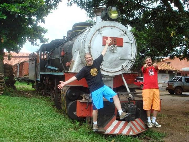 Marco e Fábio posando na frente da locomotiva MAD MARIA em Porto Velho