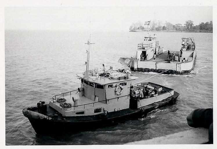 O cais de Bissau. (ao fundo)