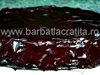 Tort cu crema de ciocolata si frisca preparare reteta glazura