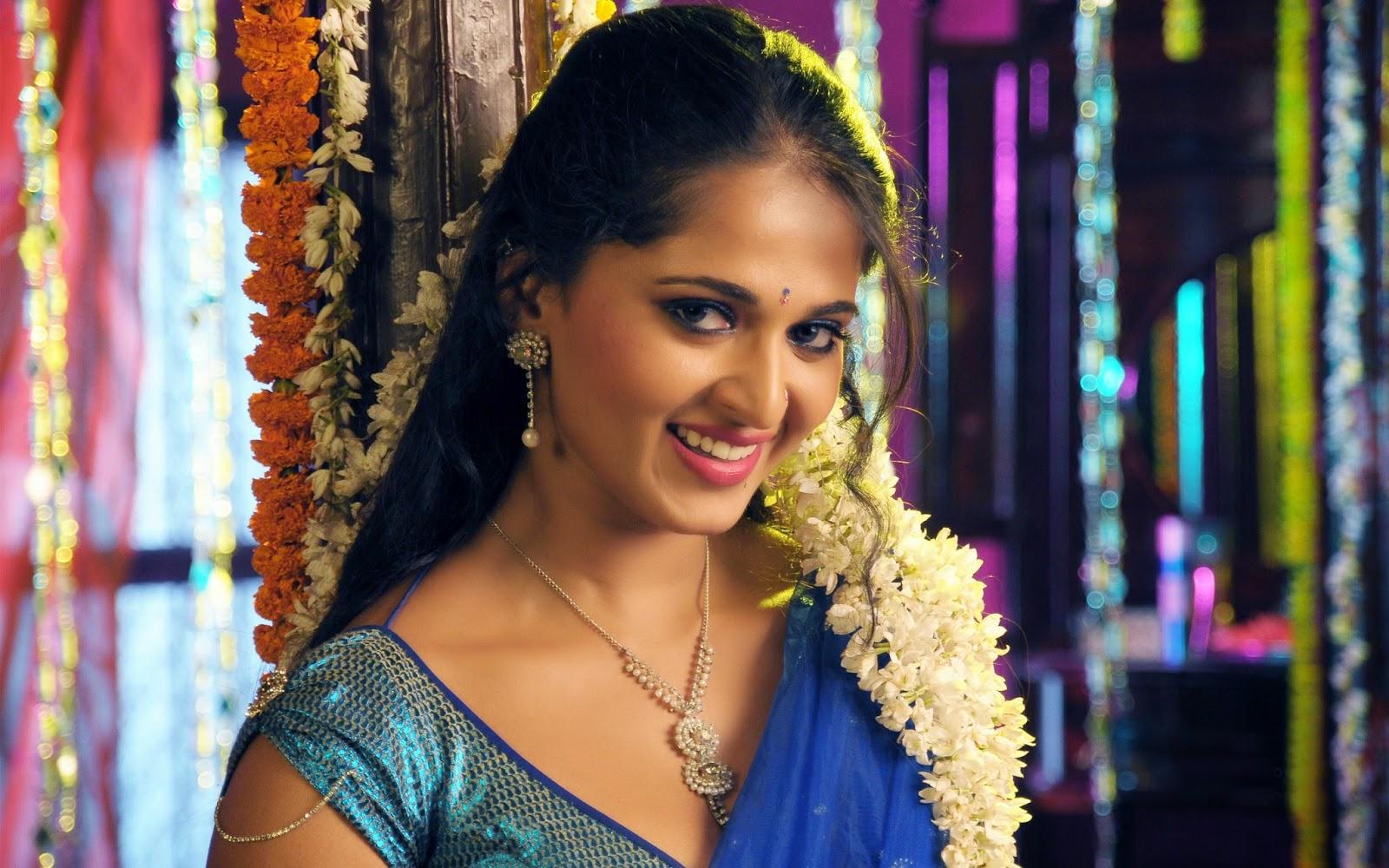 Anushka Cute smile Hot Sexy Scene Images in saree wallpaper