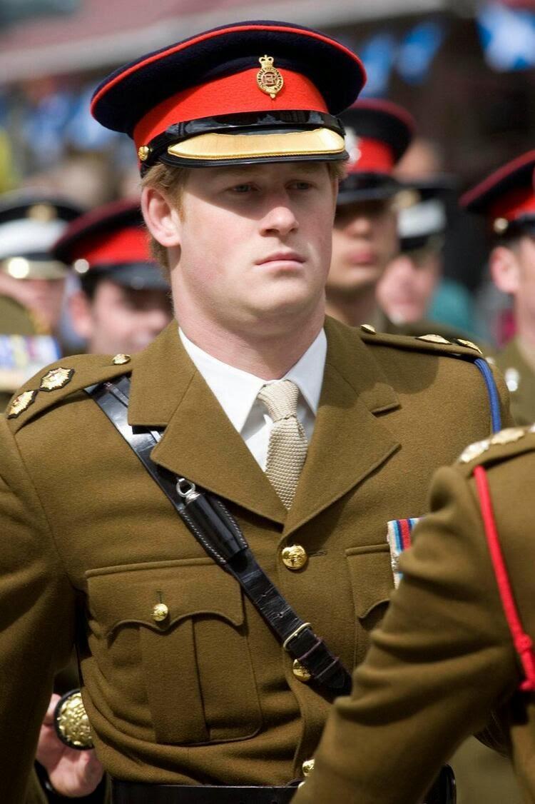 принц Гарри принимает участие в параде службы в Афганистане.