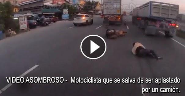 VIDEO ASOMBROSO - Motociclista que cae y se salva de ser aplastado por las ruedas de un camión.