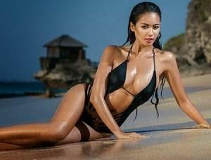 Foto Hot Bikini Elvira Devinamira