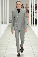 светлосив костюм с двуредно сако
