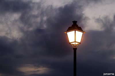 una luz al anochecer