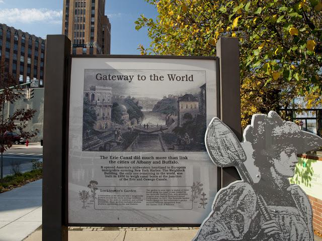Cartel explicativo del Canal Erie junto al Erie Canal Museum en Syracuse