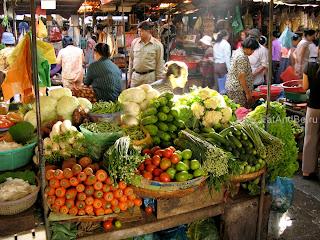 Овощи, не менее важный атрибут азиатской кухни - в Phsar Thmei - центральный рынок в Пномпене, Камбоджа Есть и быть www.EatAndBe.ru
