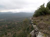 Vista des dels espadats del Turó de l'Enclusa situats sobre el Collet dels Tres Termes