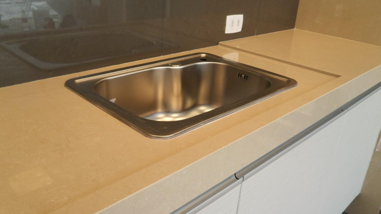 Modelo 6 Bancada de cozinha de porcelanato polido na cor bege  #916C3A 1536x864 Bancada Banheiro De Porcelanato