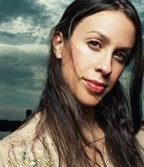Alanis Morissette canta tema de Thales e Natasha