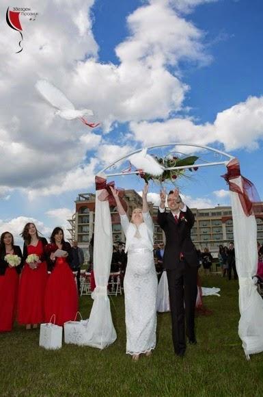 младоженците пускат двойка бели гълъби