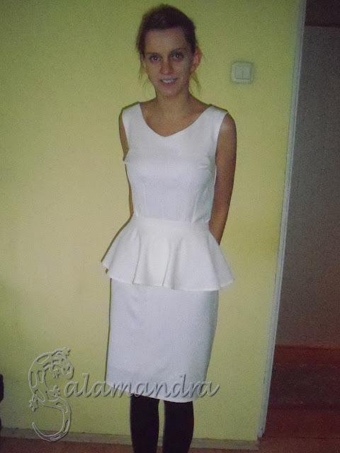śmietankowa sukienka z baskinką