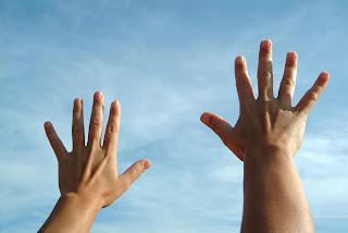 Strijden met opgeheven handen brengt je de overwinning!