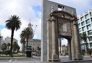 plaza independencia puerta ciudadela palacio salvo montevideo uruguay