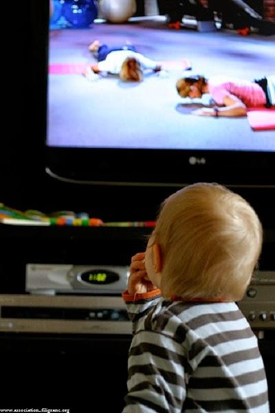 Photo bébé garçon regarde la télé