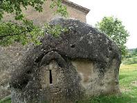 Detall de l'antiga ermita rupestre, actual absis de la capella de Sant Marc