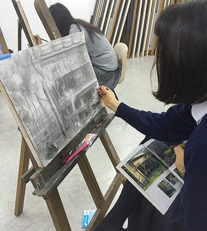 横浜美術学院の中学生向け教室 美術クラブ 言葉からイメージするデッサン『家』8