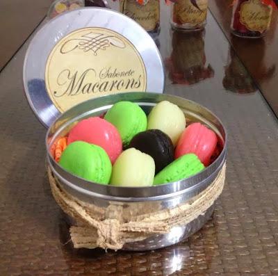 Lata com sabonetes artesanais macarons