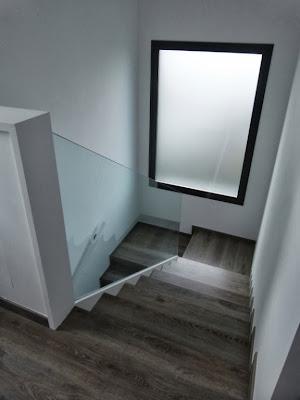 escaleras con barandilla de cristal casa prefabricada