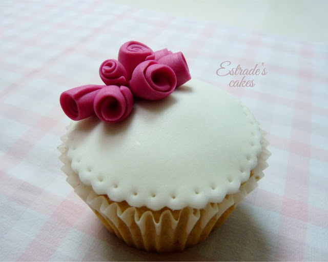 cupcakes de Hello Kitty con fondant - 4