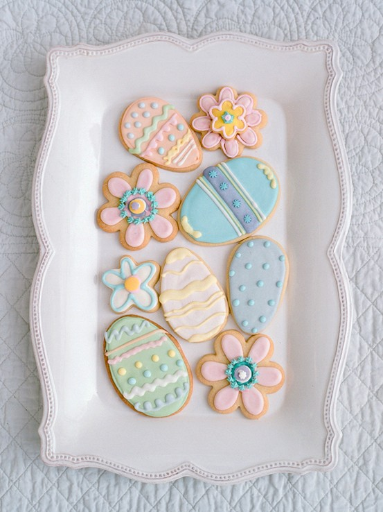 Decorated Easter Cookies as a Table Centerpiece by Weddbook