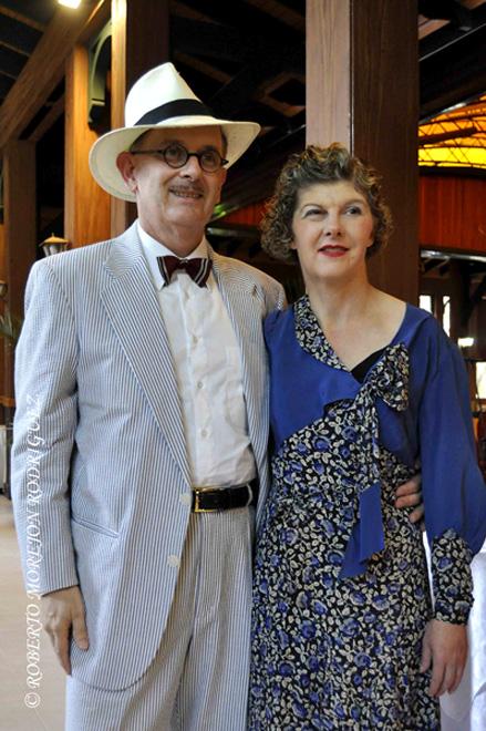 Brian Scott, y su esposa Julie Lord, provenientes de Australia, quienes viven al estilo Art Déco, durante su participación en el  XII Congreso Mundial de Art Déco, en La Habana, el 16 de marzo de 2013.