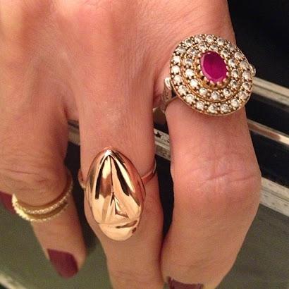 Anéis nas mãos de Cris Tamer