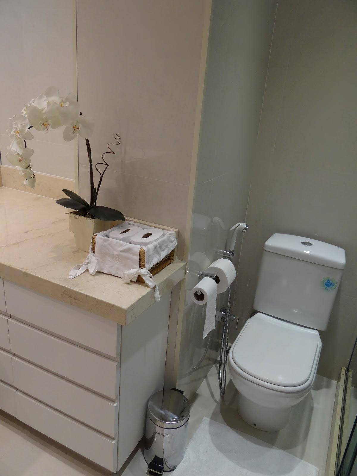 espaço para a louça sanitária fica num nicho entre a bancada e o  #7E664D 1200 1600