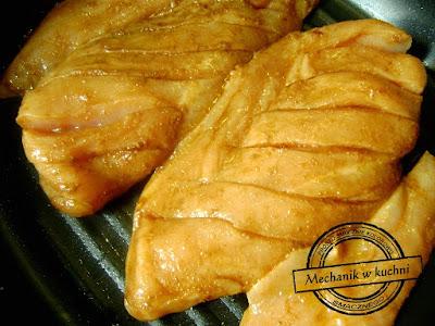 Masło klarowane smażenie mięsa drobiwego men in kitchen cook chiken