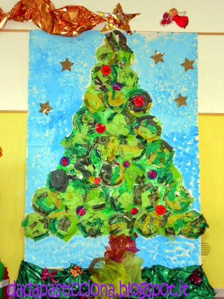 Dada pasticciona albero di natale con piatti di carta for Addobbare la porta dell aula