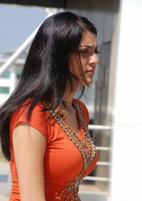 kajal agarwal in tupakki movie hot images