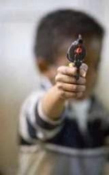طفل يقتل جدته بعد لعبة فيديو - طفل يحمل مسدس سلاح - child kid holding gun pistol
