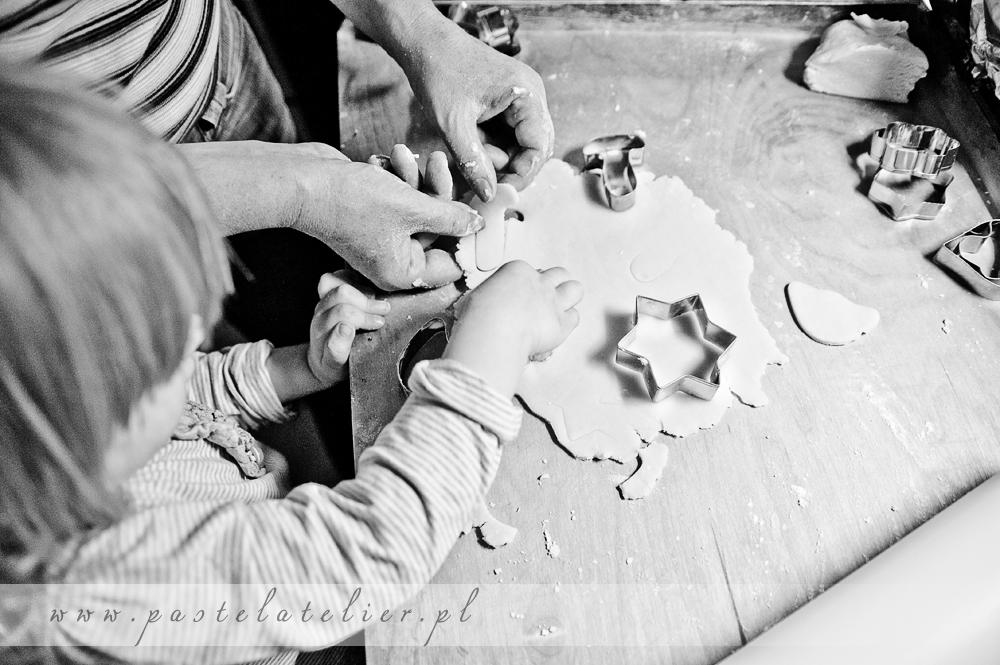 wykrawamy foremkami ciasteczka