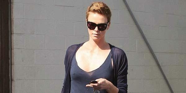 Wow, Puting Charlize Theron terlihat dari baju tipisnya