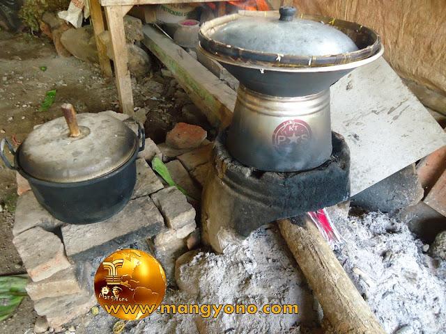 Foto hawu/tungku di dapur admin.
