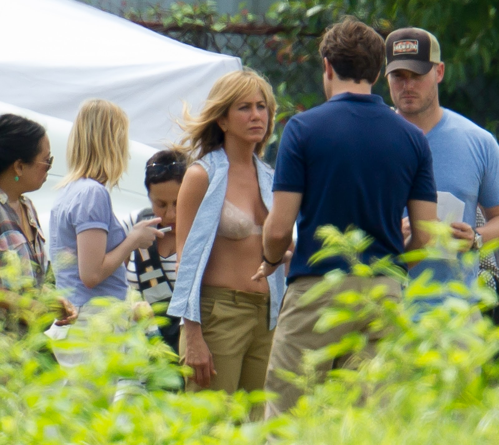 http://4.bp.blogspot.com/-8Po0h3NVxQg/UEeW_-_I9tI/AAAAAAAAIeo/Lu79byQCfHg/s1600/jennifer_aniston_in_a_bra_on_the_set_of_we_re_the_millers_in_wilmington_Ejz3vuC.jpg
