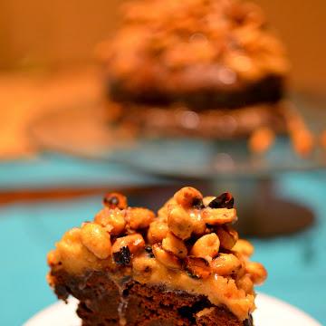 Tort brownie z kremem fistaszkowym i karmelem - Czytaj więcej »