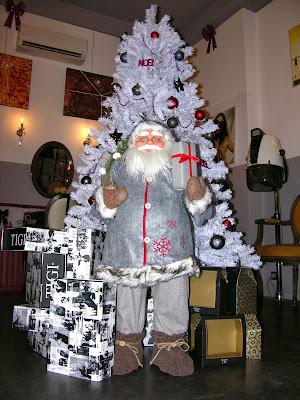 Le père Noël du Studio 54, salon de coiffure mixte à Montpellier, avec tous ses coffrets cadeaux prêts à distribuer.