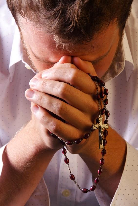bedroefde man die het niet meer ziet zitten bid de rozenkrans