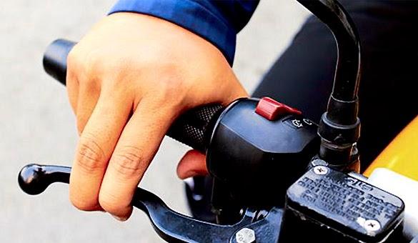 Tips Mengendarai Motor di Jalan Berpasir dan Berbatu