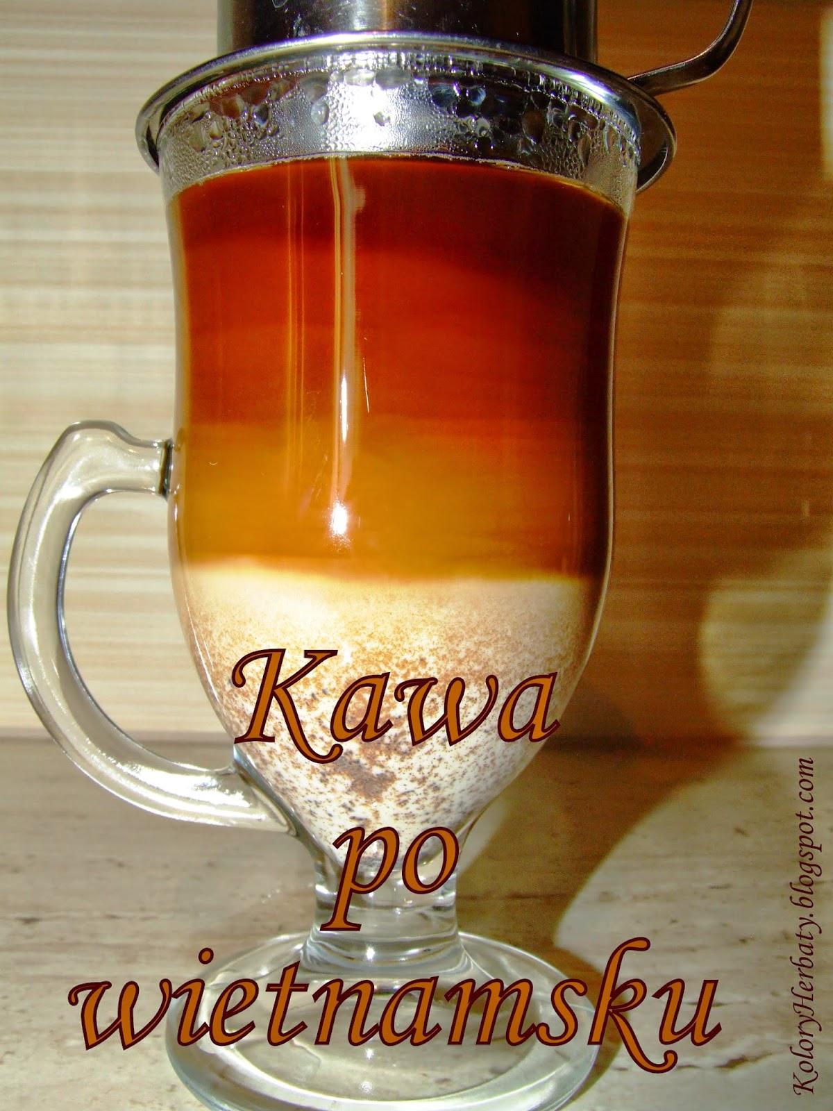 Szklanka z uszkiem a w niej rozwarstwiona kawa z mlekiem przygotowana na sposób wietnamski w specjalnym filtrze