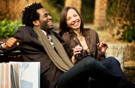 homem e mulher rindo e conversando