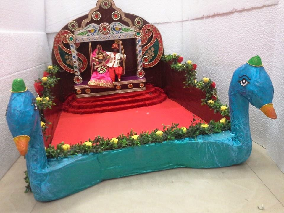 Indian Wedding Trays In Paper Mashe Art Work These Are Light Weighted Items That Easy To Carry And Having Comfortable Decoration Of Sarees On