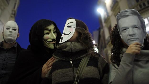 (CNNMéxico) — Justo cuando pensábamos que la temporada de ataques cibernéticos había terminado, con el fin de las operaciones de LulzSec regresa Anonymous para recordarnos que en internet nadie está seguro, ni siquiera el Ejército estadounidense. El grupo de hackers anunció que tuvo acceso a 90,000 correos electrónicos y contraseñas de miembros de la milicia estadounidense, así como a una base de datos de 50 megas, cuyos contenidos no han sido especificados, según el diario español El País.com. Los hackers publicaron estos contenidos en la página de internet The pirate Bay, el motor de búsqueda para descargar torrents con cualquier
