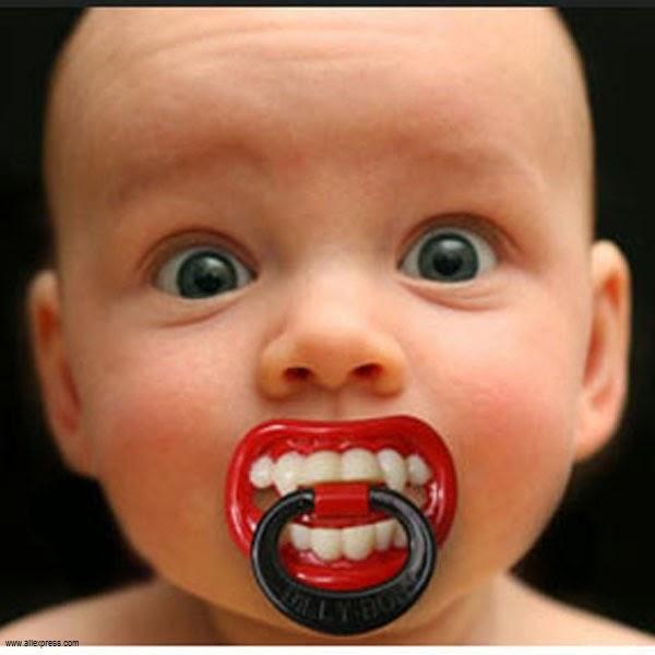 Image bébé mignon avec tétine
