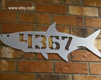 Número de domicilio calado en metal con perfil de un pez
